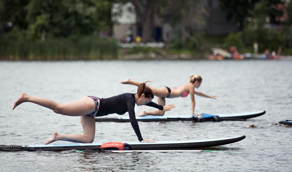 Cours de SUP Yoga en plein coeur du fleuve Saint-Laurent à Montréal. Equipement fournis, plaisirs garantis.