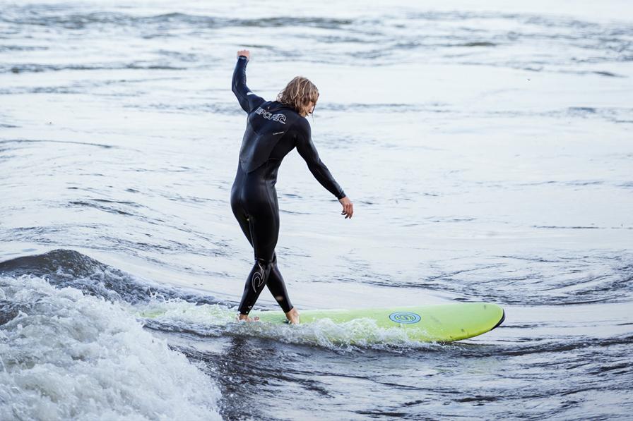 Surf de rivière, à la vague à guy à Montréal.