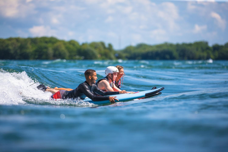 v=Surf camp à Montréal. Cours, location de matériel, coaching. Programme de 4 semaines.